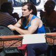 """Exclusif - Henry Cavill fait une pause déjeuner lors du tournage du nouveau film de Guy Ritchie """"The Man from U.N.C.L.E"""" à Naples. Le 24 septembre 2013."""