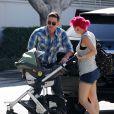 Jackson Rathbone et sa petite amie Sheila Hafsadi avec leur fils Monroe Rathbone, à West Hollywood, le 7 septembre 2012.