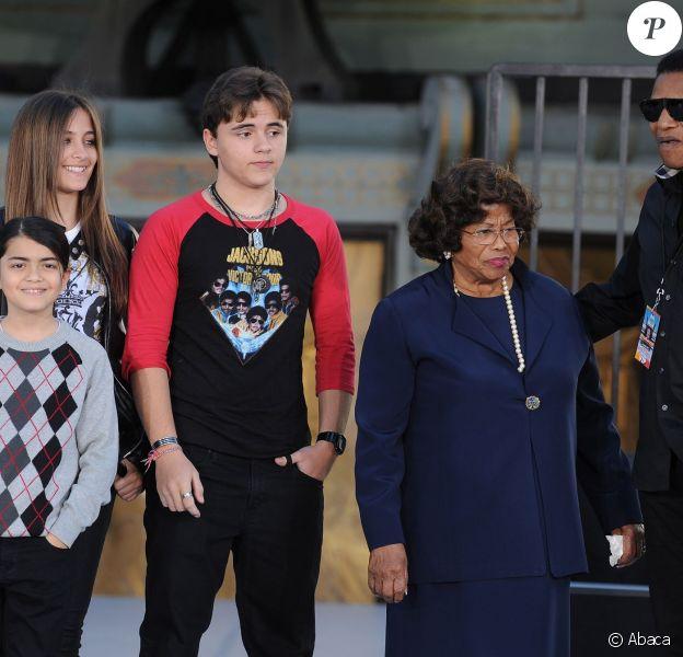 Prince, Paris et Blanket Jackson avec leur grand-mère Katherine Jackson, à Los Angeles, le 26 janvier 2012.