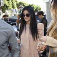 Kylie Jenner quitte la boutique de vêtements Kitson avec sa demi-soeur Khloé Kardashian. Beverly Hills, le 2 octobre 2013.