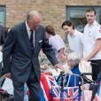 Le prince Philip, duc d'Edimbourg, en visite dans une maison de retraite d'Aylsham, dans le Norfolk, le 8 octobre 2013