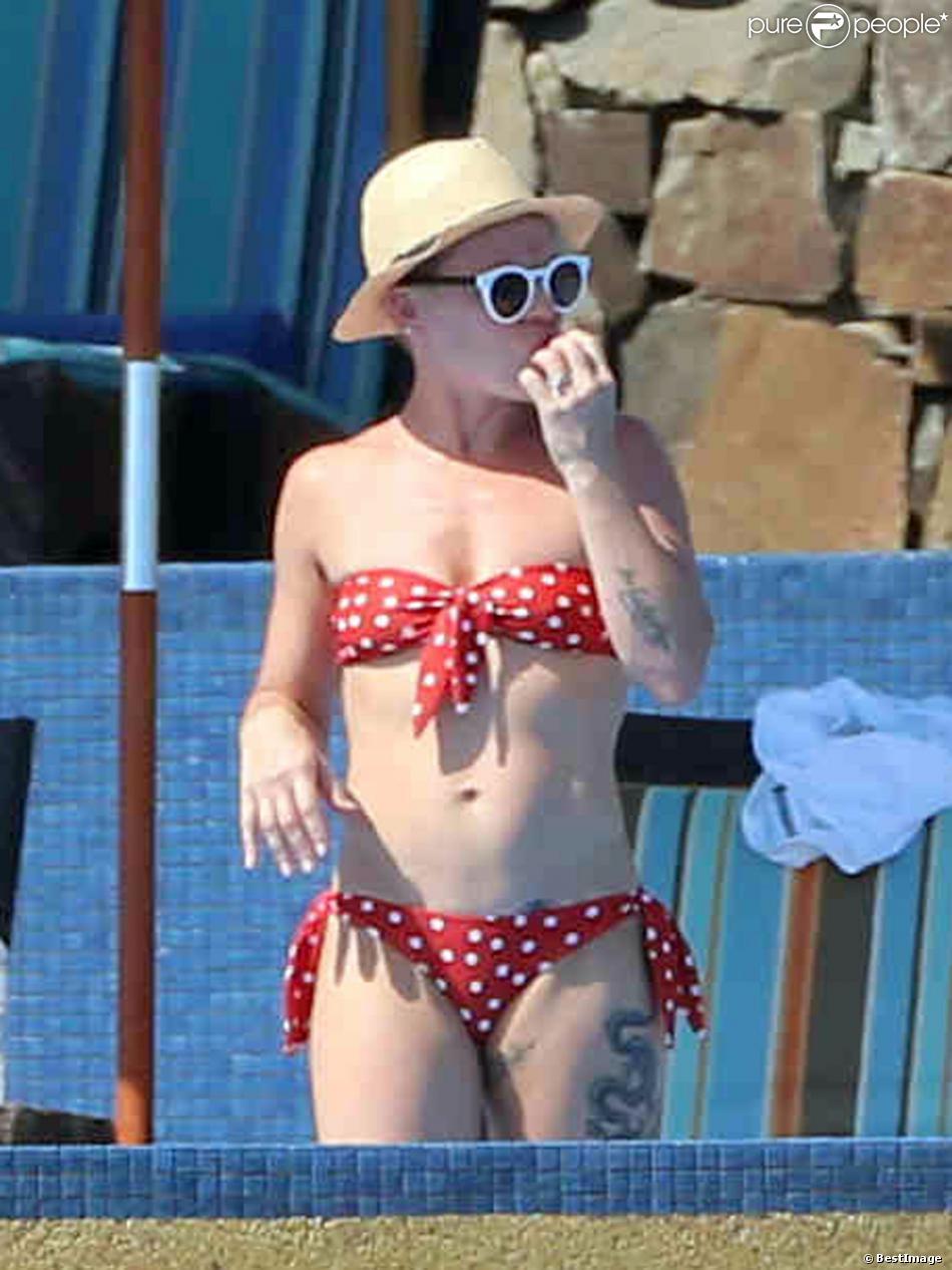 Exclusif - Pink au bord d'une piscine, une part de pizza dans la main, à Cabo San Lucas, le 2 octobre 2013.