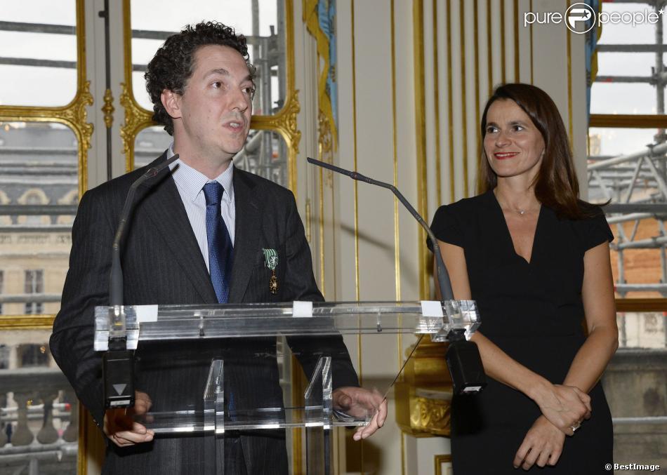 Guillaume Gallienne, avec Aurélie Filippetti, est fait Officier de l'ordre des Arts et des Lettres à Paris, le 15 octobre 2013.