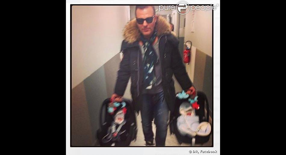 Jean-Roch : un vrai papa poule qui porte ses adorables jumeaux Santo et Cielo - photo postée par Anais Monory sur son compte Facebook