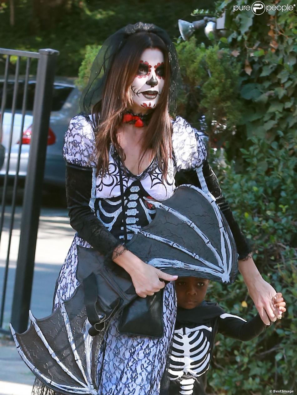 La comédienne Sandra Bullock et son fils Louis, deguisés, se rendent à une fête d'Halloween à Los Angeles, le 19 octobre 2013.