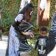 Sandra Bullock et son fils Louis (3 ans), deguisés, se rendent à une fête d'Halloween à Los Angeles, le 19 octobre 2013.