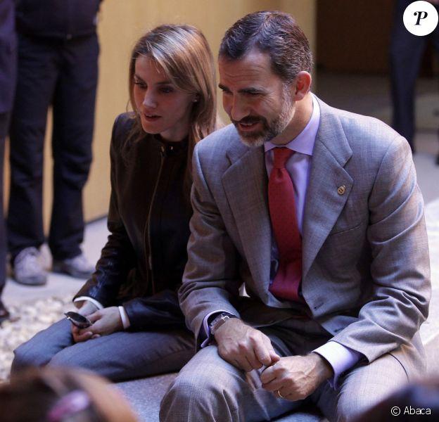 Letizia et Felipe d'Espagne, captivés lors de leur visite d'un site préhistorique avec des enfants, à Teverga, en province des Asturies, pour la remise du Prix 2013 du Village Exemplaire, le 26 octobre 2013.
