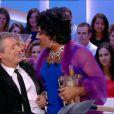 """Les retrouvailles de José Garcia, déguisé en Liz Taylor, et Antoine de Caunes dans """"Le Grand Journal"""" sur Canal+ le 28 octobre 2013."""
