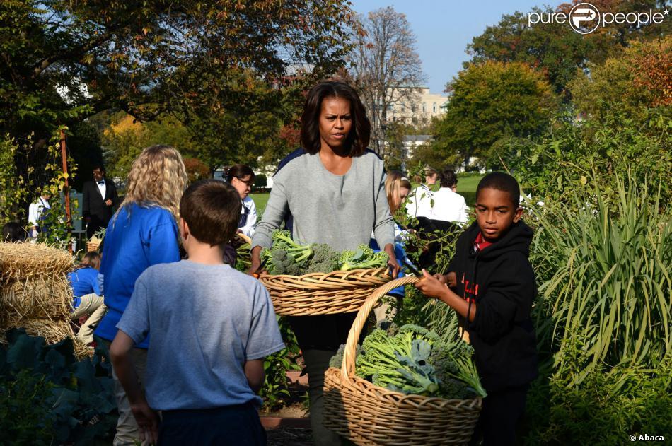 Michelle obama lors de la r colte au potager de la maison for Au coeur de la maison blanche barack obama