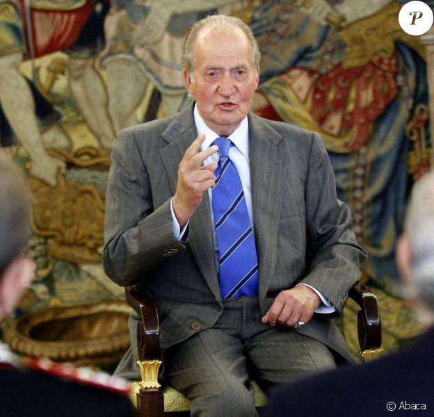 Le roi Juan Carlos Ier d'Espagne lors d'une audience à la Zarzuela, à Madrid, le 29 octobre 2013. Le 21 novembre, le monarque subira une nouvelle opération à la hanche pour la pose d'une prothèse.