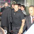 Le chanteur Justin Beiber sort du bordel Centauros, caché sous une couverture noire, à Rio de Janeiro, le 1er novembre 2013.