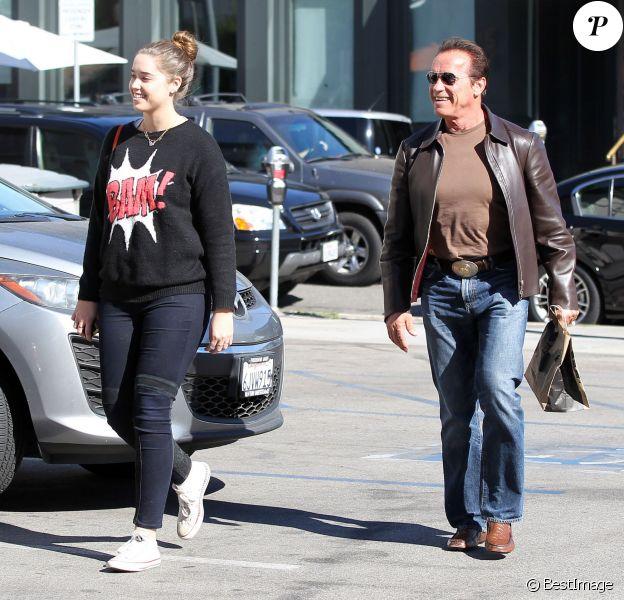 Arnold Schwarzenegger et sa fille Christina quittent un restaurant à Brentwood, le 5 novembre 2013.