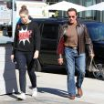 Arnold Schwarzenegger et sa fille Christina se promènent à Brentwood, le 5 novembre 2013.
