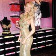 Candice Swanepoel, ravissante dans sa robe Zuhair Murad (collection Croisière 2014), dévoile le Royal Fantasy Bra de Victoria's Secret dans la boutique de la marque, située sur Herald Square. New York, le 6 novembre 2013.