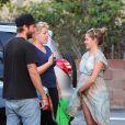 Teresa Palmer et son fiancé Mark Webber accueillent un autre couple sur un parking près de leur domicile à Pasadena, Los Angeles, le 13 novembre 2013.