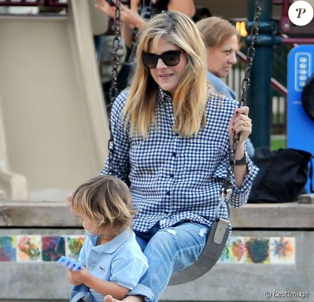 Selma Blair joue avec son fils Arthur au Coldwater Canyon Park à Beverly Hills, le 14 novembre 2013.