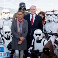 Le prince Albert II de Monaco et la princesse Stéphanie de Monaco prennent la pose, entourés des personnages de Star Wars, au départ de la No Finish Line à Monaco, le 16 Novembre 2013.