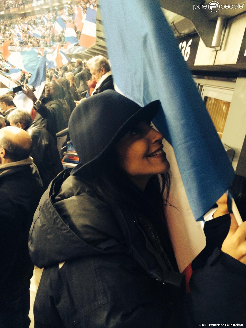Leïla Bekhti, heureuse de la victoire de l'équipe de France face à l'Ukraine le 19 novembre au Stade de France.