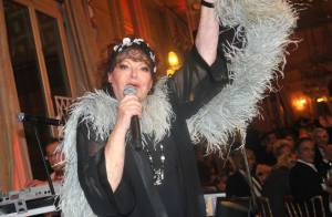 Régine ressort son boa devant Elsa Zylberstein et une Miss Monde