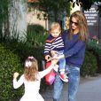 Alessandra Ambrosio, maman stylée en sweater bleu foncé, jean délavé et bottines grises avec Anja et son petit garçon Noah. Santa Monica, le 19 novembre 2013.