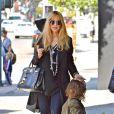 Rachel Zoe et son fils Skyler en pleine séance shopping à West Hollywood. Le 27 novembre 2013.