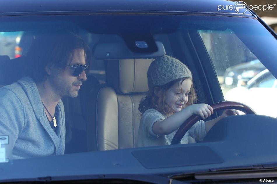 Skyler, 2 ans, s'essaye à la conduite au volant du 4*4 Range Rover de ses parents, sous la bienveillance de son père Rodger Berman. West Hollywood, le 27 novembre 2013.