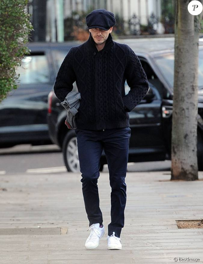 David beckham dans les rues de londres tout de bleu marine v tu avec un pull - Maison de david beckham ...