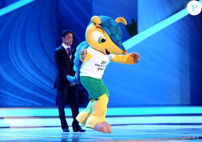 Bebeto et la mascotte fuleco au tirage au sort de la coupe - La mascotte de la coupe du monde 2014 ...