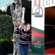 Alexia Laroche Joubert pose devant une sculpture équestre de Falisse lors de l'épreuve Style & Competition for AMADE aux Gucci Masters de Villepinte le 7 décembre 2013. Auteur de la sculpture : Gilles Motte dit Falisse.