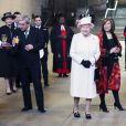 La reine Elizabeth II à Westminster pour admirer le vitrail du jubilé de diamant, le 6 décembre 2013