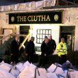 Le prince Charles en visite à Glasgow sur les lieux du crash d'hélicoptère, le 6 décembre 2013