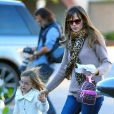 Ben Affleck et sa femme Jennifer Garner emmènent leur fille Seraphina prendre un petit-dejeuner au Brentwood Country Mart, le 11 décembre 2013.