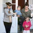 Jennifer Garner va prendre un petit déjeuner avec ses enfants Violet, Seraphina et Samuel au Brentwood Country Mart, le 10 décembre 2013.