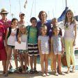 La princesse Letizia d'Espagne avec ses filles les princesses Leonor et Sofia, la reine Sofia d'Espagne, l'infante Elena d'Espagne avec ses enfants Felipe et Victoria, et les enfants de la princesse Cristina, Miguel, Juan Valentin, Pablo et Irene Urdangarinà Majorque le 2 août 2013.