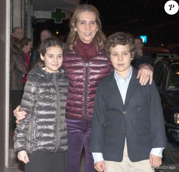 L'infante Elena d'Espagne le 20 décembre 2012 avec ses enfants Victoria et Felipe, lors de son 49e anniversaire.