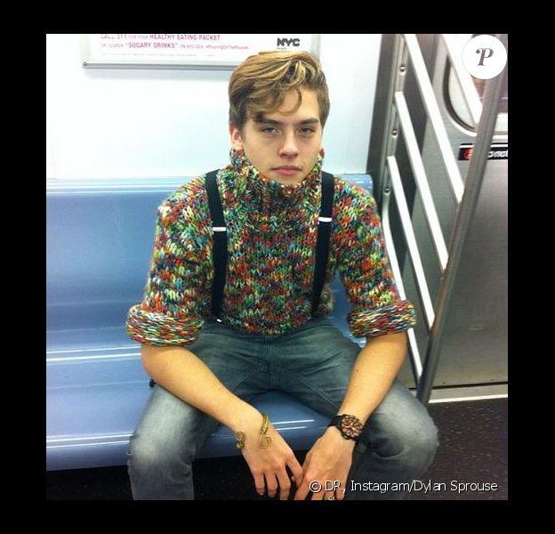Dylan Sprouse prend la pose dans le métro new-yorkais, le 10 décembre 2013.