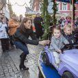 """"""" Athena commence les cours de conduite ! Le prince Joachim et la princesse Marie de Danemark visitaient le 15 décembre 2013 avec leurs enfants le prince Henrik (4 ans) et la princesse Athena (bientôt 2 ans) le village de Noël de Tonder, non loin de leur domicile de Schackenborg. """""""