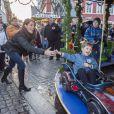 Entre Henrik et les bolides, ça roule déjà ! Le prince Joachim et la princesse Marie de Danemark visitaient le 15 décembre 2013 avec leurs enfants le prince Henrik (4 ans) et la princesse Athena (bientôt 2 ans) le village de Noël de Tonder, non loin de leur domicile de Schackenborg.