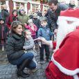 Une rencontre intimidante avec le Père Noël pour la petite Athena. Le prince Joachim et la princesse Marie de Danemark visitaient le 15 décembre 2013 avec leurs enfants le prince Henrik (4 ans) et la princesse Athena (bientôt 2 ans) le village de Noël de Tonder, non loin de leur domicile de Schackenborg.