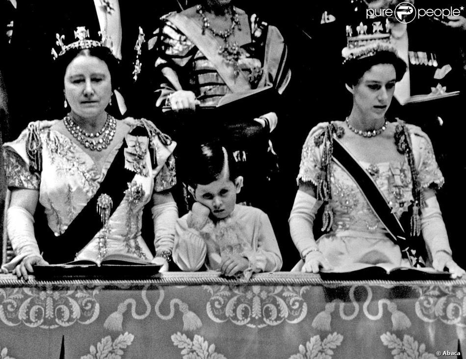 Le prince Charles entre le reine mère et la princesse Margaret à l'abbaye de Westminster le 2 juin 1953 lors du couronnement de sa mère la reine Elizabeth II.
