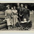 Le prince Charles enfant, la reine mère, la princesse Margaret, le prince Philip, le roi George VI, la princesse Anne bébé et la princesse Elizabeth (future Elizabeth II) : photo de famille en 1951.
