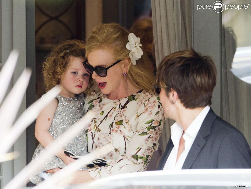 Nicole Kidman florale et protectrice avec sa fille de deux ans, Faith, alors qu'elle célèbre les Noces de ses parents avec Keith Urban à Sydney, le 22 décembre 2012.