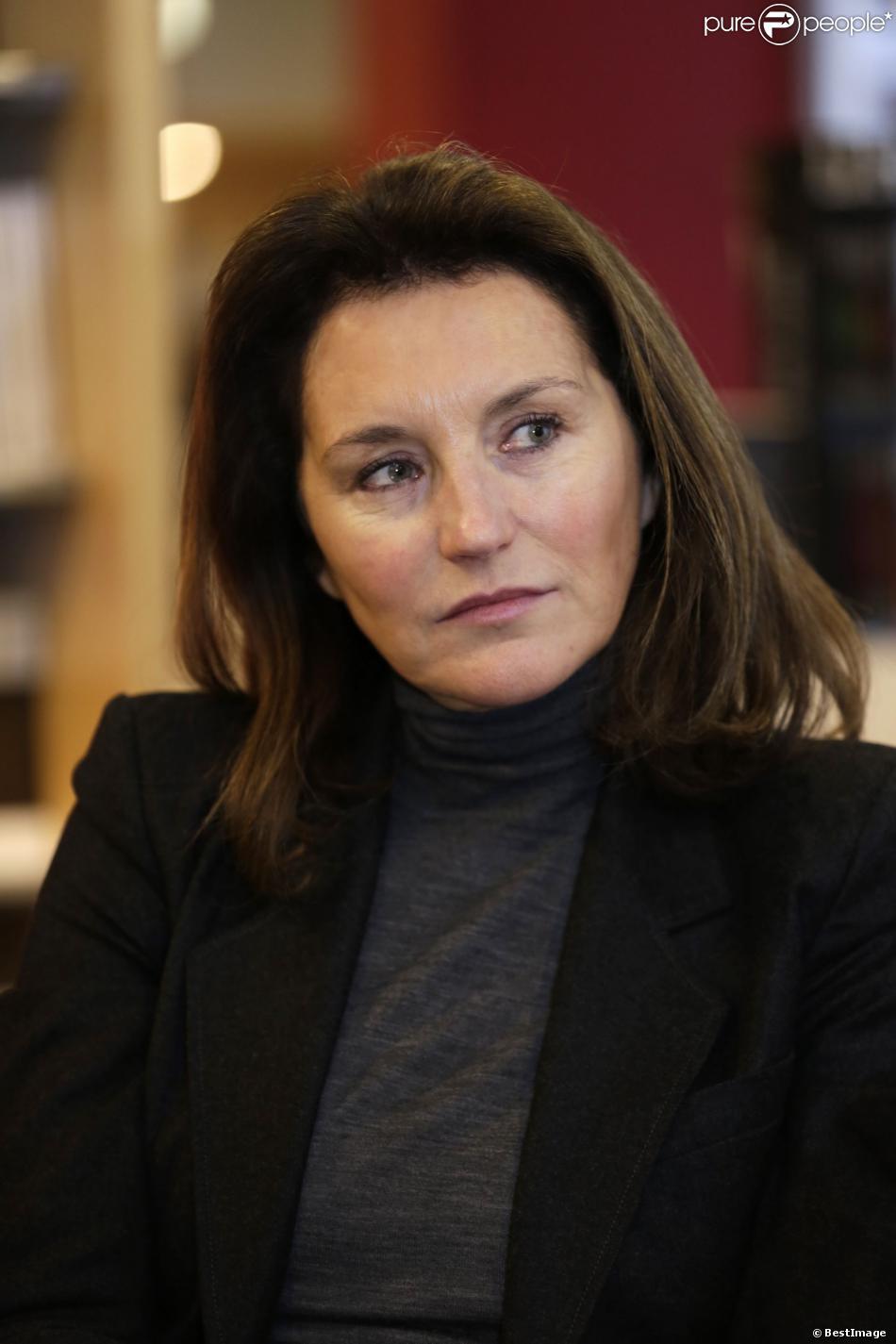 Cécilia Attias présente son livre Une Envie de Vérité lors d'une séance de dédicaces à la librairie Filigrannes, à Bruxelles, en Belgique, le 6 décembre 2013.
