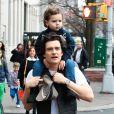 Orlando Bloom porte son fils Flynn sur ses épaules a New York, le 22 décembre 2013.