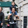 Les hommes prennent l'air ! Orlando Bloom porte son fils Flynn sur ses épaules a New York, le 22 décembre 2013.