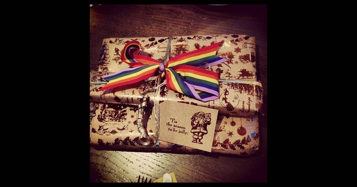 tom daley a re u un cadeau aux couleurs du drapeau gay de sa tante marie le 25 d cembre 2013. Black Bedroom Furniture Sets. Home Design Ideas