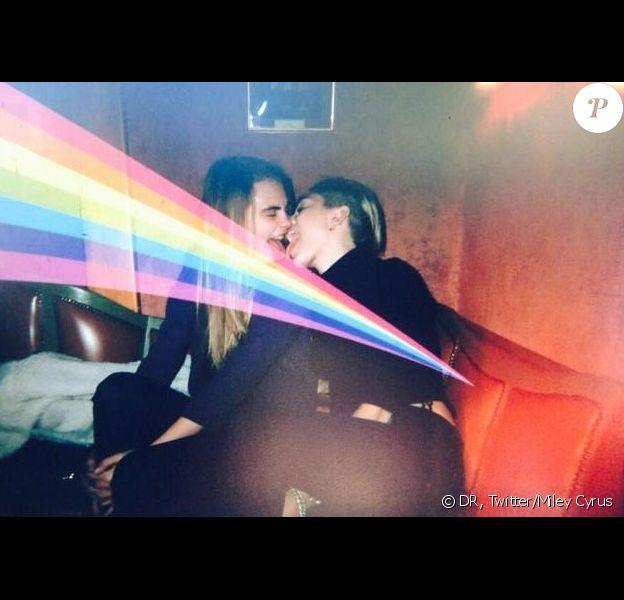 Miley Cyrus a posté jeudi 26 décembre une énième photo provoc' en compagnie de Cara Delevingne sur son profil Twitter.