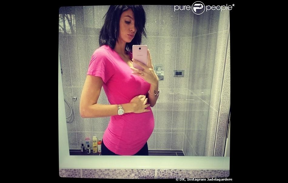jade foret enceinte de 5 mois elle expose son ventre liva joue les tops purepeople. Black Bedroom Furniture Sets. Home Design Ideas