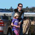 Exclusif - Julia Roberts et Hazel - Julia Roberts et son mari Daniel Moder montent à bord d'un jet privé avec leurs enfants Phinnaeus, Hazel et Henry à Los Angeles, le 23 décembre 2013.
