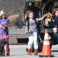 Exclusif - Julia Roberts et son mari Daniel Moder montent à bord d'un jet privé avec leurs enfants Phinnaeus, Hazel et Henry à Los Angeles, le 23 décembre 2013.